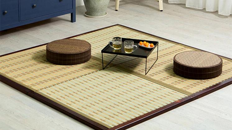Japanese tatami mat as a dining mat